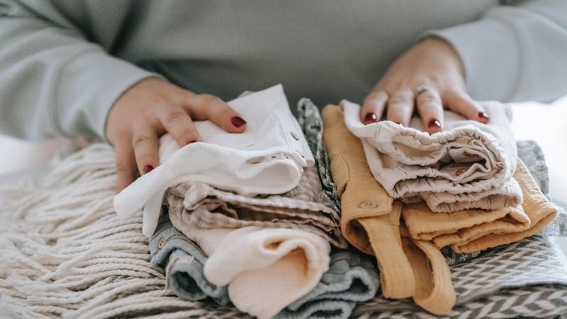 Beim Online-Kauf von Second-Hand-Kleidung spielt der Zustand der Textilien eine große Rolle. Achten Sie auf eine möglichst detaillierte Produktbeschreibung und viele Fotos der Kleidung. Einige Plattformen bieten auch eine Zustands-Einschätzung der Ware. So können Sie sich schon im Vorfeld über die Qualität informieren und wissen, was Sie erwartet.
