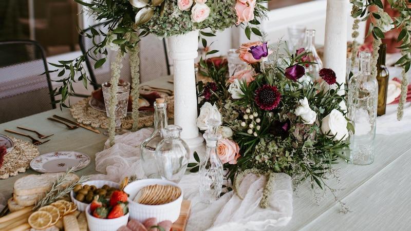 Auch hübsche Flaschen eignen sich zur Tischdekoration.