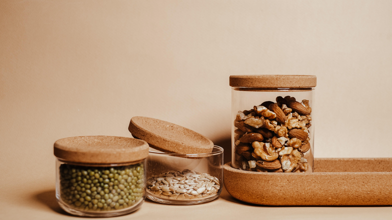 Bei Eisenmangel kommt neben Müdigkeit und Blutarmut häufig auch Haarausfall dazu. Oft reicht eine Ernährungsumstellung. Besonders viel Eisen steckt beispielsweise in Hülsenfrüchten, Nüssen und Kernen.