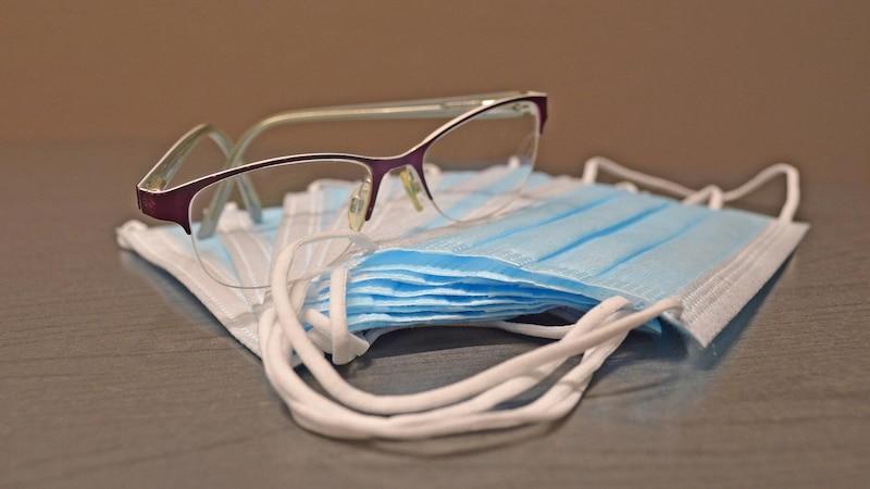 Wenn die Brille mit Maske beschlägt, gibt es verschiedene Möglichkeiten, dem entgegenzuwirken.
