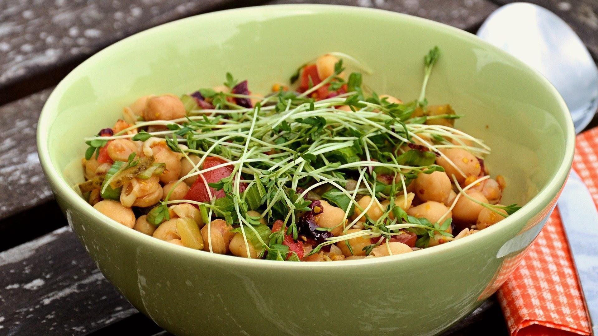 Kresse findet in der Küche vielseitige Verwendung. Das beliebte Würzkraut verleiht Suppen oder Salaten eine herzhafte Note. Allerdings sollte es nur darüber gestreut und nicht mitgekocht werden. So bleiben die gesunden Inhaltsstoffe erhalten.