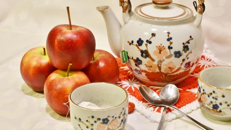 Apfeltee selber zu machen ist schnell und einfach erledigt.