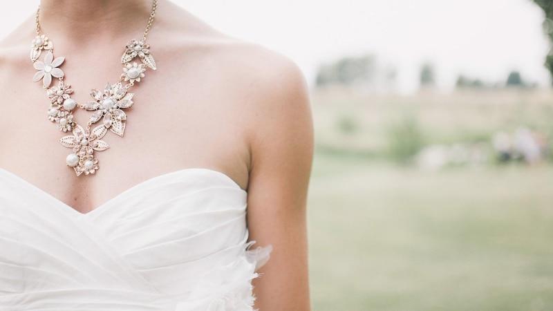 Schmuck für die Braut ist ein schönes Geschenk zur Verlobung von den Eltern.