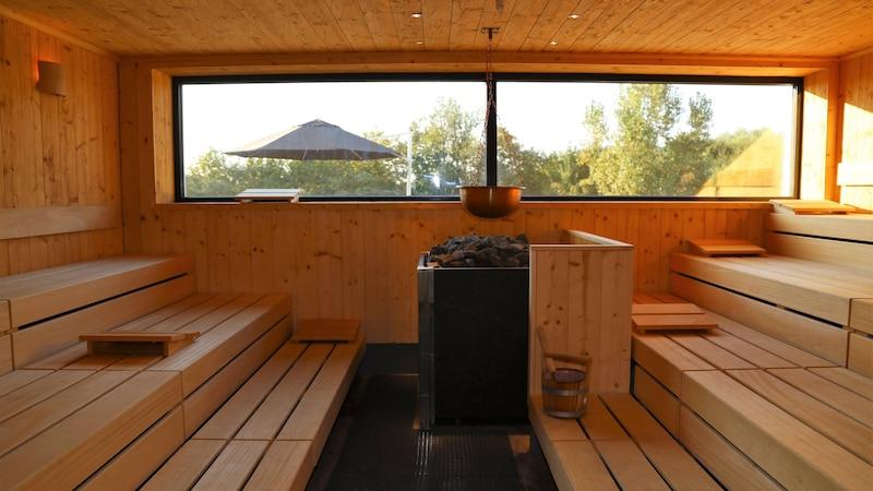 Sauna ohne Strom: Vor- und Nachteile eines Holzsaunaofens