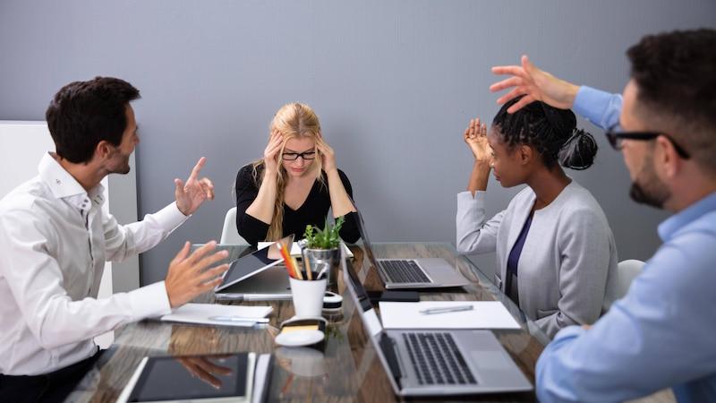 Mitarbeiter hetzt Kollegen auf: Was Sie dagegen tun können