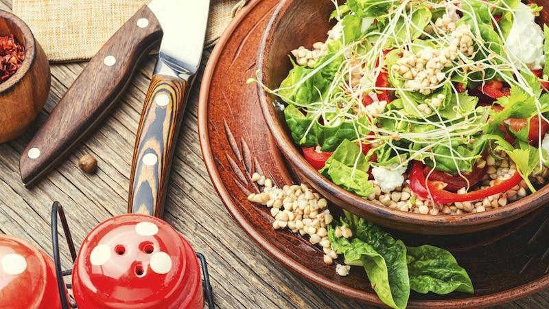 Mit Buchweizen können Sie ganz einfach abnehmen, zum Beispiel, indem Sie ihn in den Salat integrieren.