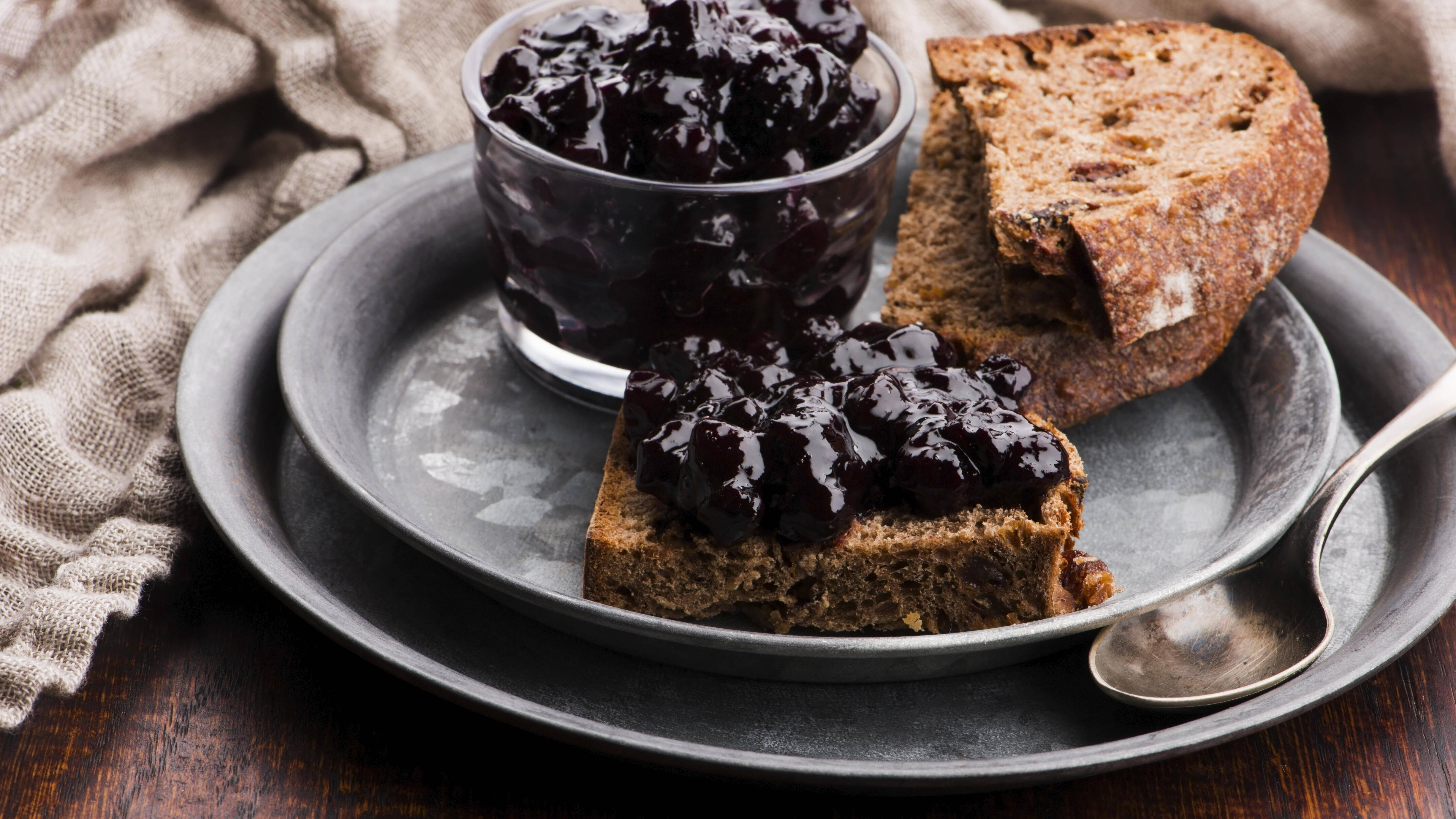 Auch Marmelade können Sie aus Aroniabeeren herstellen.