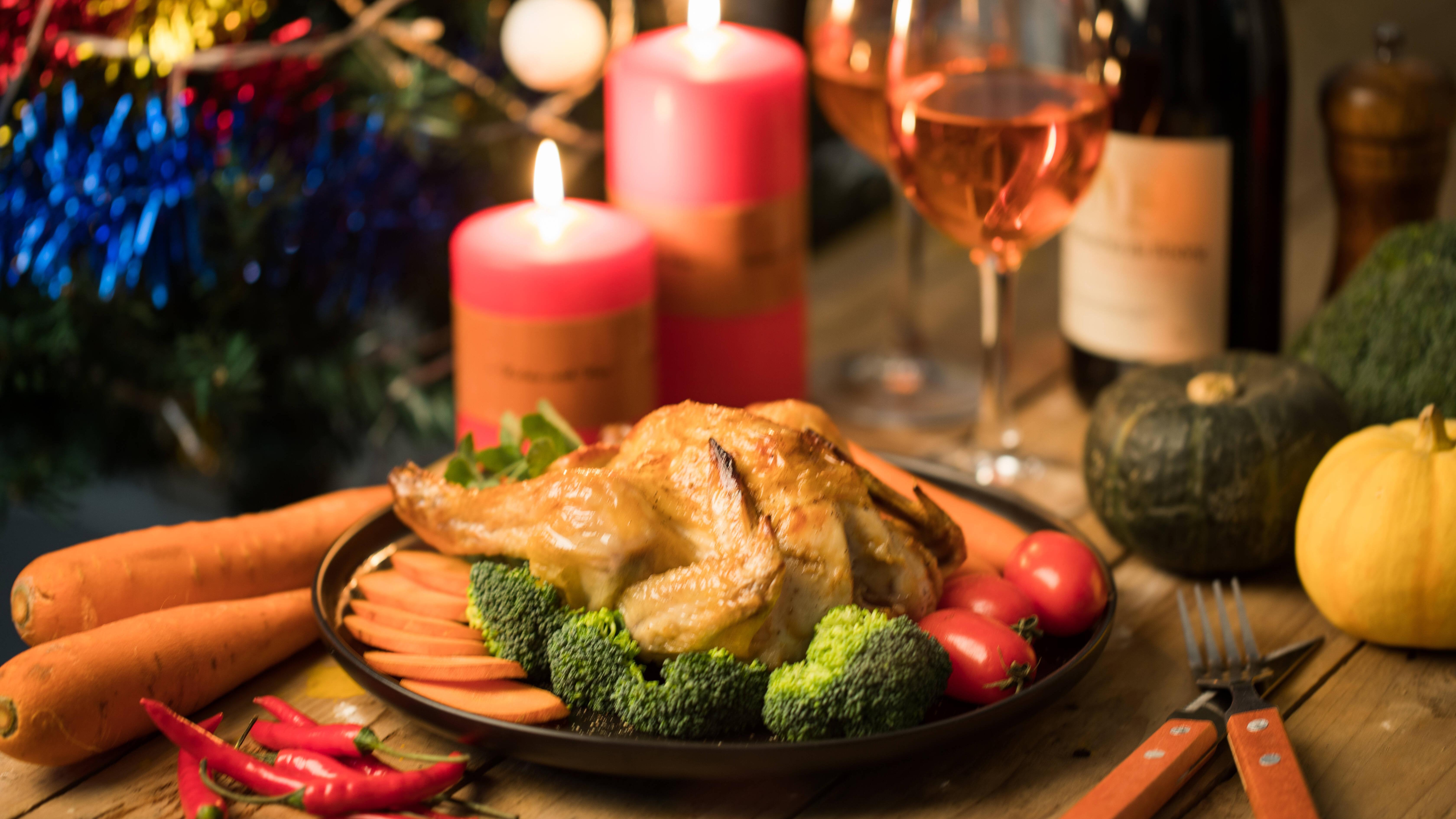 Friendsgiving wird wie Thanksgiving gefeiert, nur mit Freunden statt mit der Familie.