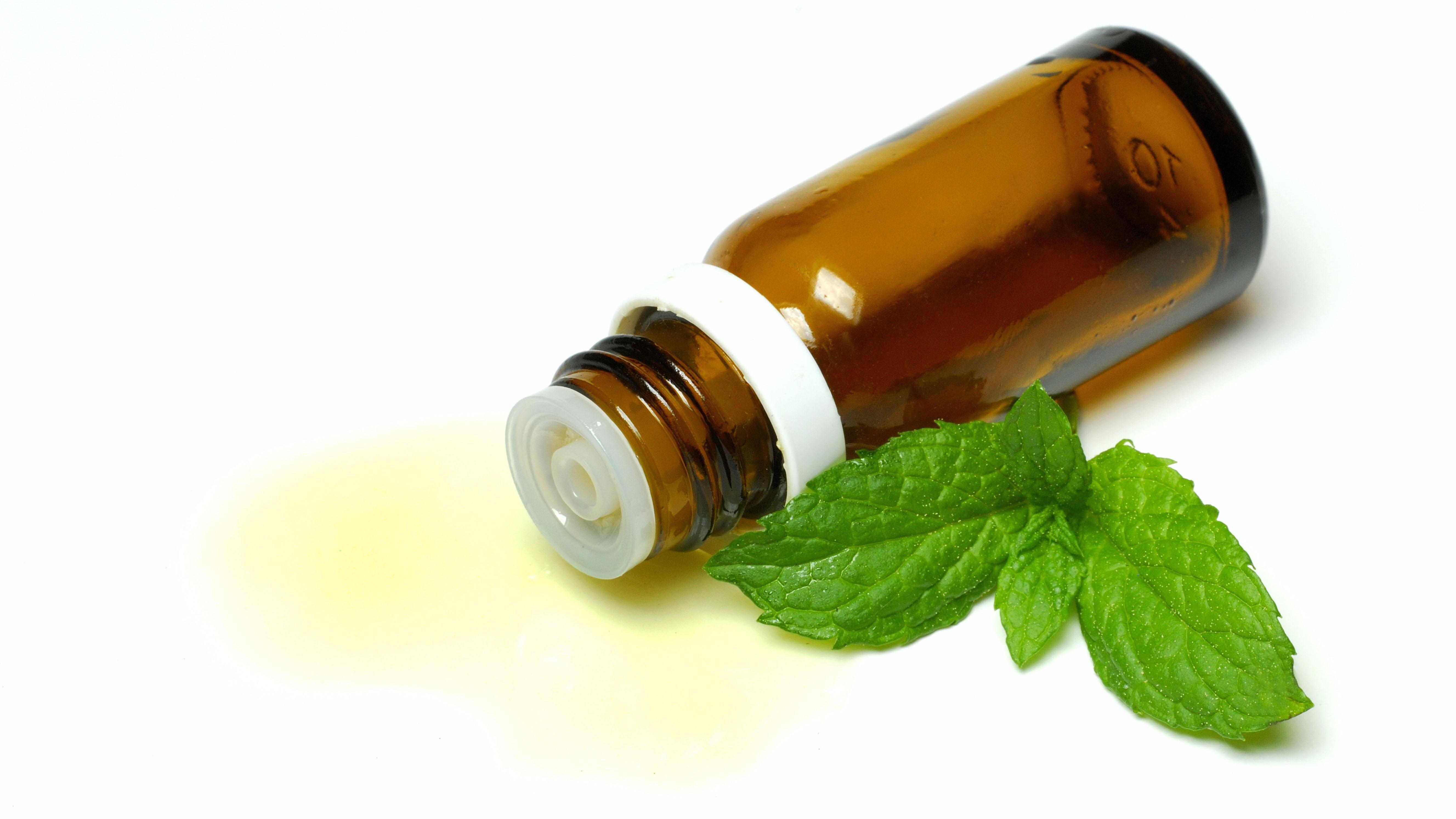 Auch Pfefferminzöl zu gurgeln ist ein bekanntes Hausmittel gegen das Schnarchen.