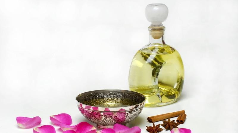 Massageöl sorgt während der Massage für weitere Entspannung.