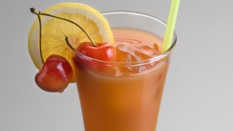 Bei der Zubereitung eines Zombie-Cocktails werden unterschiedliche Sorten Alkohol verwendet.