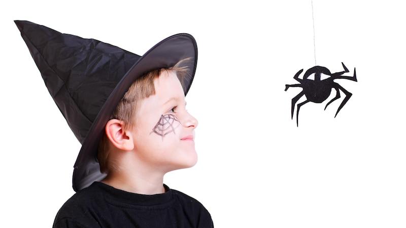 Ein Spinnennetz ins Gesicht zu schminken, eignet sich besonders zu Halloween.