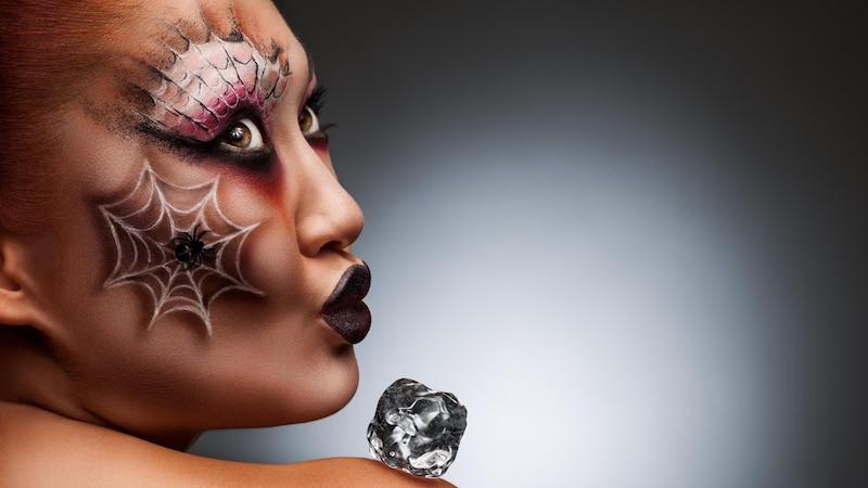 Toben Sie sich aus und zaubern Sie ein extravagantes Make-up.