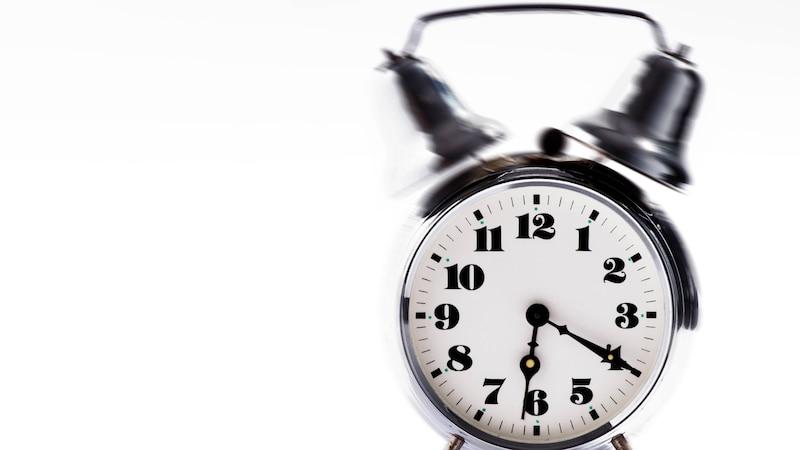 Sobald der Wecker klingelt, sollten Sie schnell wach werden.
