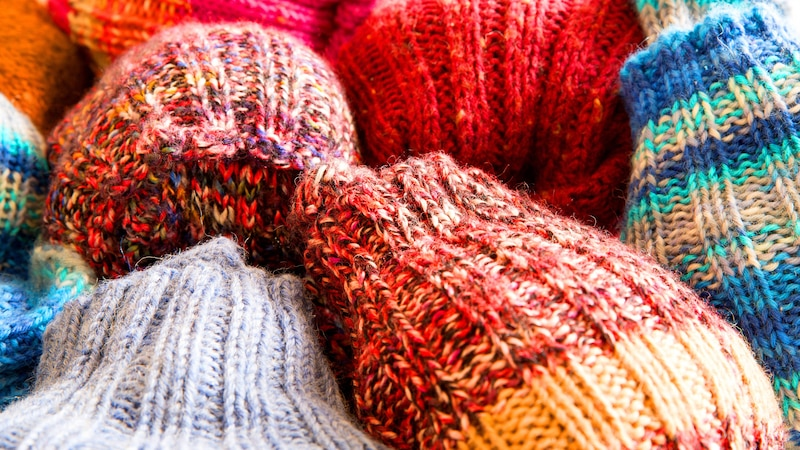 Ziehen Sie sich warme Socken an, können Sie im Winter günstig heizen.