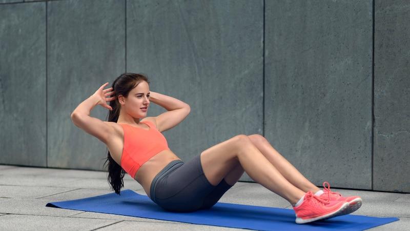 Ein Coregasm kann durch Bauchübungen erreicht werden.