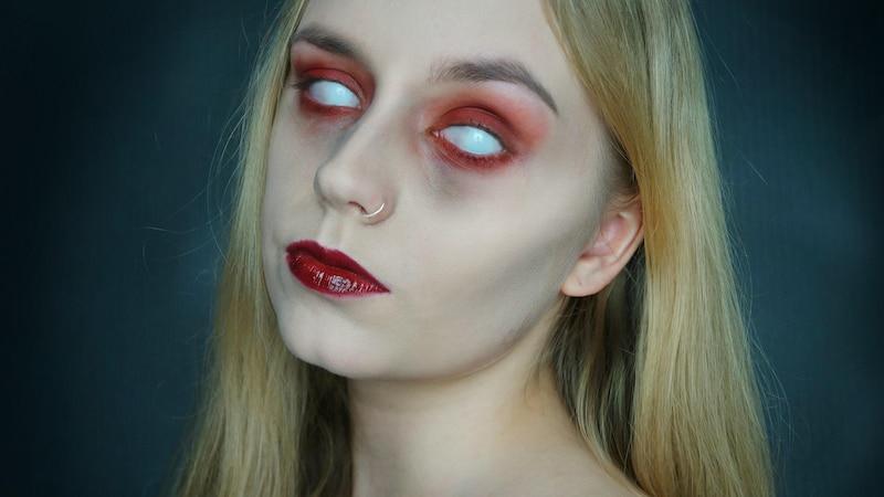 Weiße Kontaktlinsen: So klappts mit dem gruseligen Trend