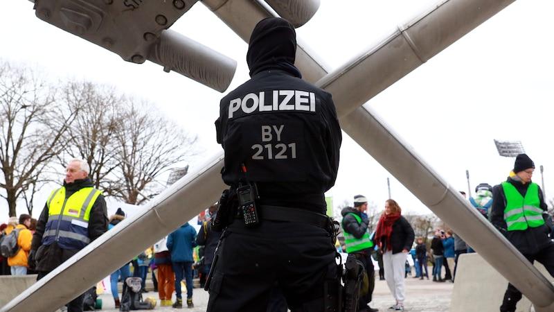 Als Polizist auf einer Demonstration ist es Ihre Aufgabe, ruhig zu bleiben und kritische Situationen zu entschärfen.