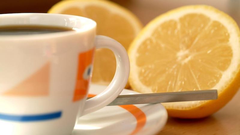 Kaffee mit Zitrone bei Kopfschmerzen: So wirkt das Hausmittel