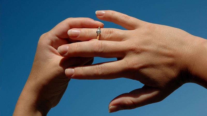 Ring vom Finger entfernen: Die besten Methoden
