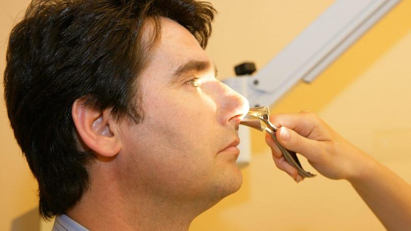 Helfen weder Haus- noch Heilmittel, sollten Sie mit der laufenden Nase einen HNO-Arzt aufsuchen.