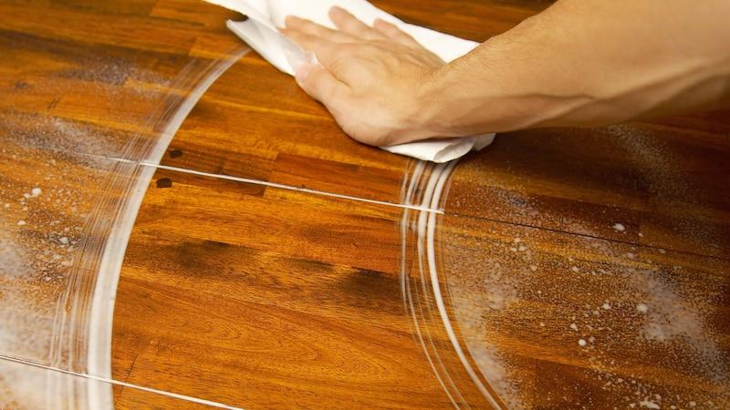 Uringeruch aus Holz entfernen: Die besten Hausmittel