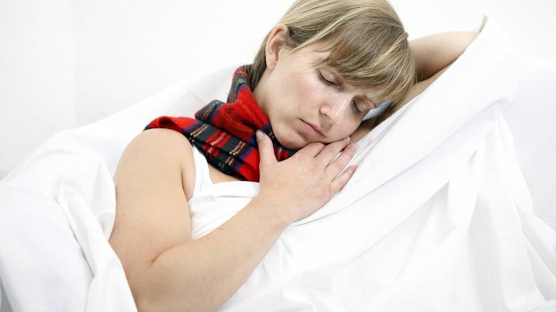 Halsschmerzen durch eine Erkältung erkennen Sie häufig daran, dass Sie allgemein krank fühlen und die Sekrete sich verfärben.