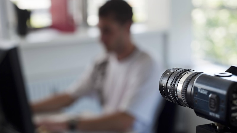 Überwachung am Arbeitsplatz kann technisch gestützt und oder durch die Kollegen stattfinden.