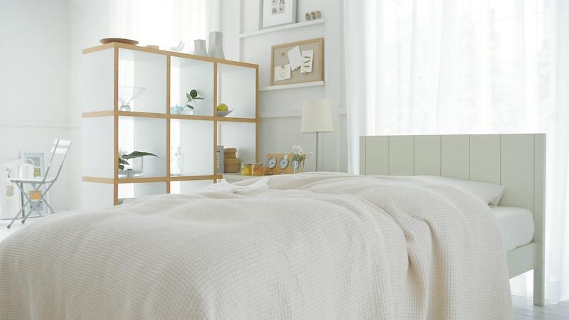 Schlafzimmer und Büro kombinieren - mit einem Raumteiler sorgen Sie für eine optische Trennung zwischen Ihrem Arbeits- und Schlafbereich.