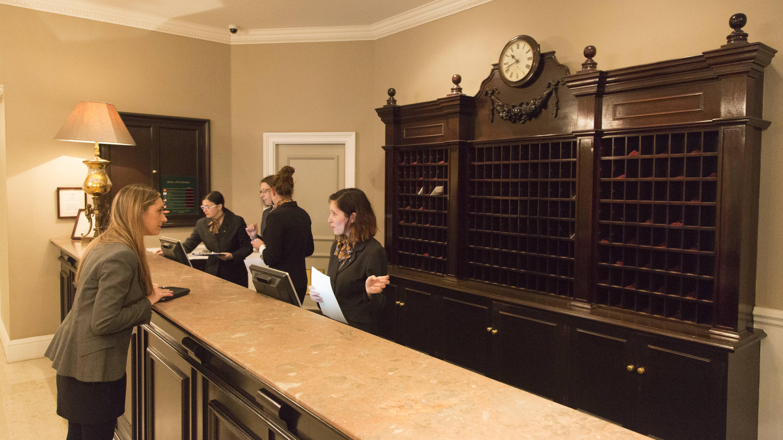 Um Hoteltester zu werden, müssen Sie eine Ausbildung oder ein Studium in der Hotellerie oder Gastronomie absolvieren.