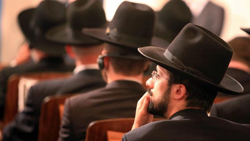 Orthodoxe Juden tragen zusätzlich zur Kippa einen breitkrempigen Hut.
