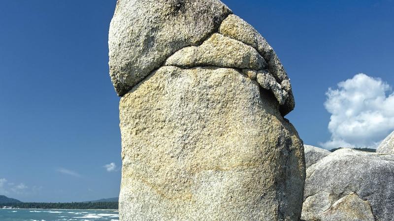 Wie dieser Fels krümmt sich auch so mancher Penis nach oben oder zur Seite.