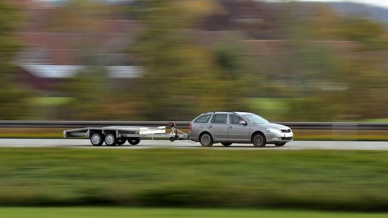 Vorgaben für die maximale Geschwindigkeit gibt es für alle Fahrzeuge, die mit einem Anhänger unterwegs sind.