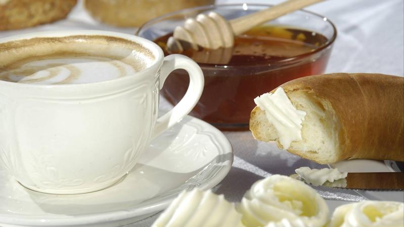 Kaffee mit Honig zu süßen, ist sehr gesund.