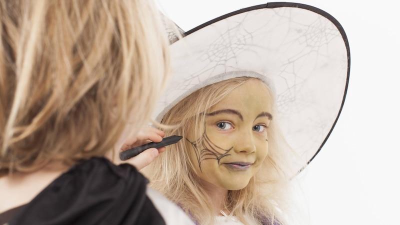 Mit dem richtigen Zubehör ist das Hexe schminken bei Kindern ganz einfach.