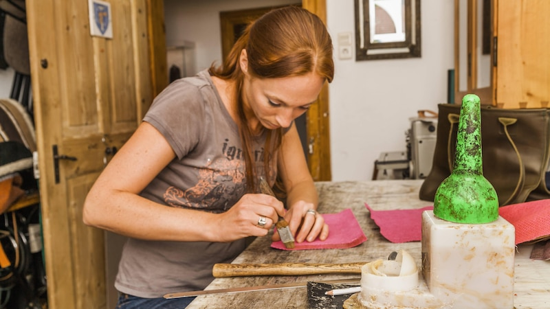 Kleben Sie Kunstleder mit dem richtigen Material und benutzen das entsprechend notwendige Werkzeug.