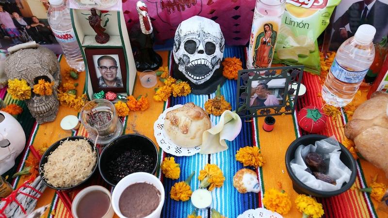 Ein typischer Altar zum Tag der Toten mit Pan de Muerto sowie anderen Nahrungsmitteln.
