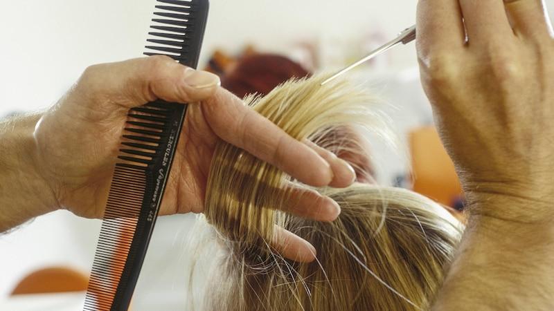 Möchten Sie Ihre Haare von hellblond auf mittelblond färben, sollten Sie sich von einem Profi beraten lassen.