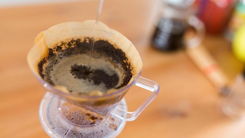 In Norddeutschland wird das Kaffee-Ei-Gemisch per Hand gefiltert.