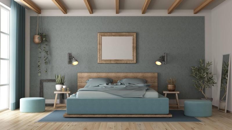 Bei der Wandgestaltung im Schlafzimmer ist zunächst die Farbwahl entscheidend - helle Wände öffnen den Raum, dunkle geben ihm mehr Tiefe und kontrastierende Wände sorgen für eine abwechslungsreiche Atmosphäre.