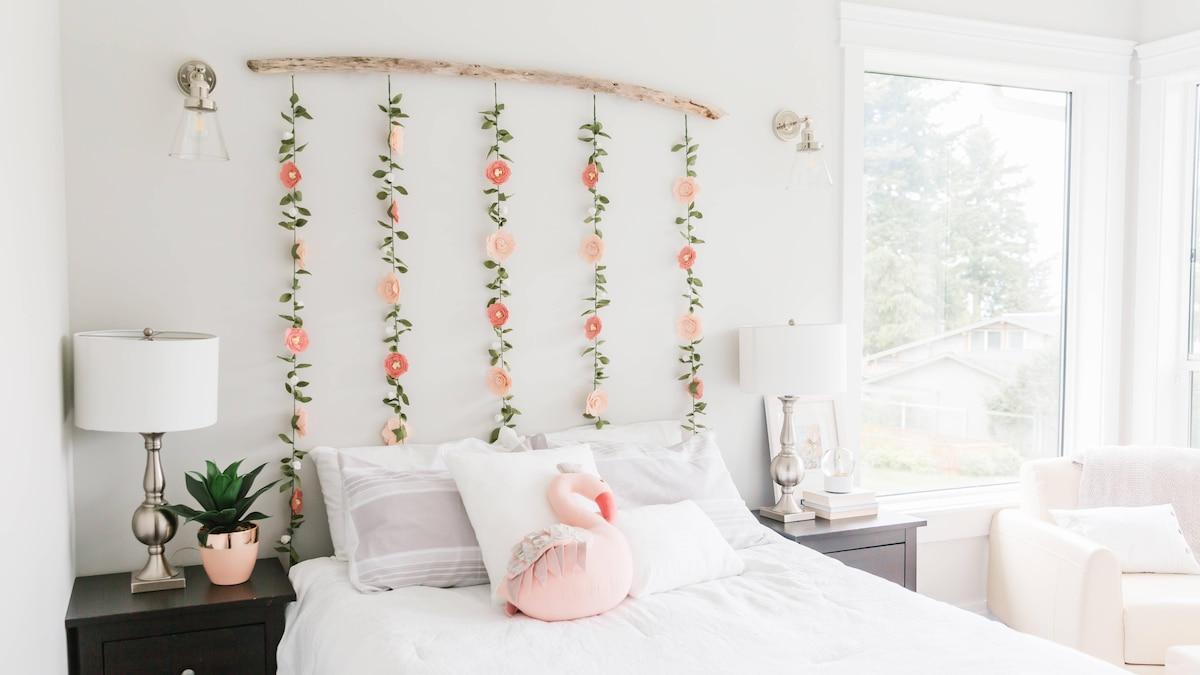 Auch durch Lichterketten oder Girlanden heben Sie die Wand am Kopfende Ihres Bettes optisch vom Rest des Raumes ab.