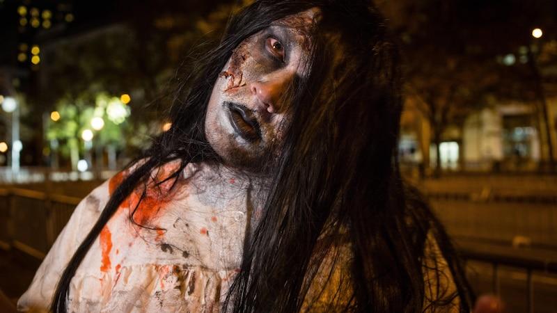 Verkleiden Sie sich als Zombie.