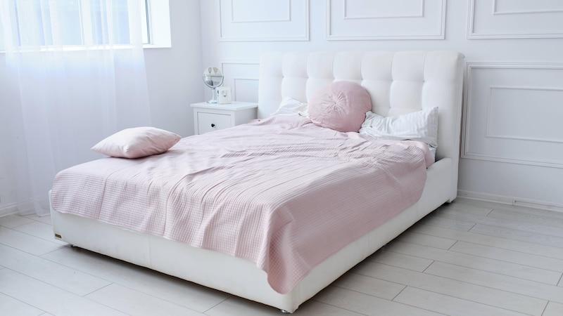 Eine Holzvertäfelung mit Zierleisten lässt Ihr Schlafzimmer hochwertiger und edler wirken.