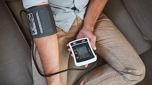 Ein Blutdruckmessgerät für Zuhause kann viel helfen - muss aber genau genug arbeiten.