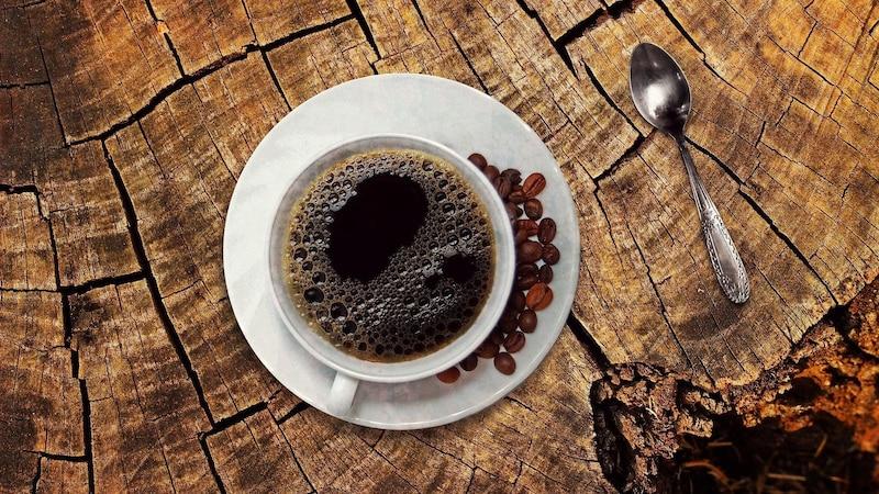 Schwarzer Kaffee ist gesund, weil er viele positive Effekte mit sich bringen kann.