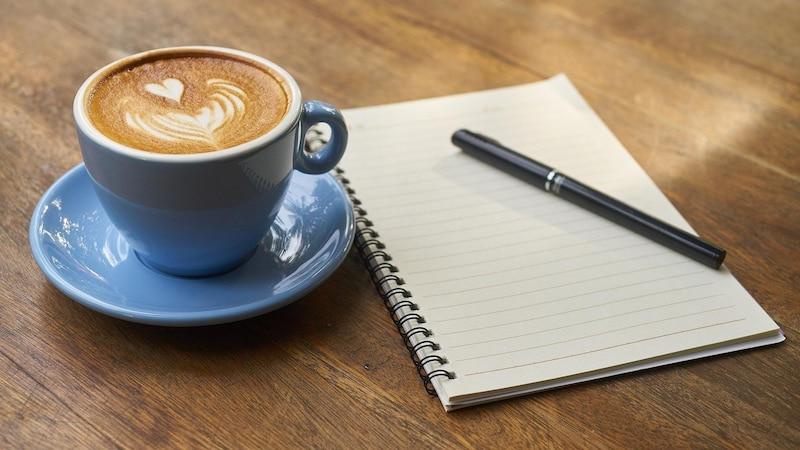 Menschen, die regelmäßig Kaffee mit Milch zu sich nehmen, fragen sich häufig, wie viele Kalorien das Getränk hat.