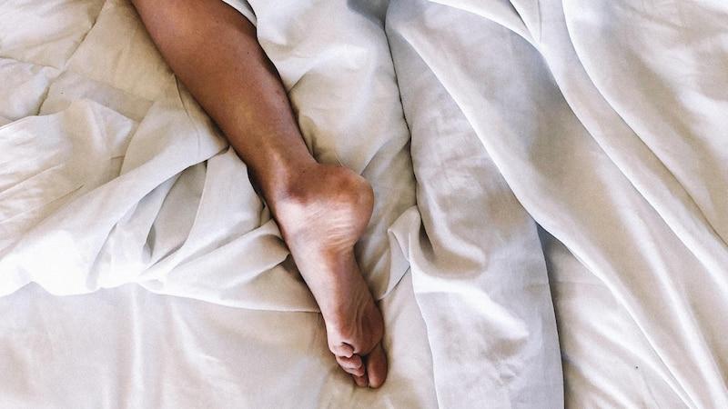 Vor allem an wärmeren Tagen sollte nachts Luft an die Füße kommen. Das senkt das Risiko für Schweiß und Fußpilz.