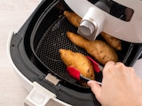 Mit der Heißluftfritteuse können Sie verschiedene Speisen ohne Fett zubereiten.