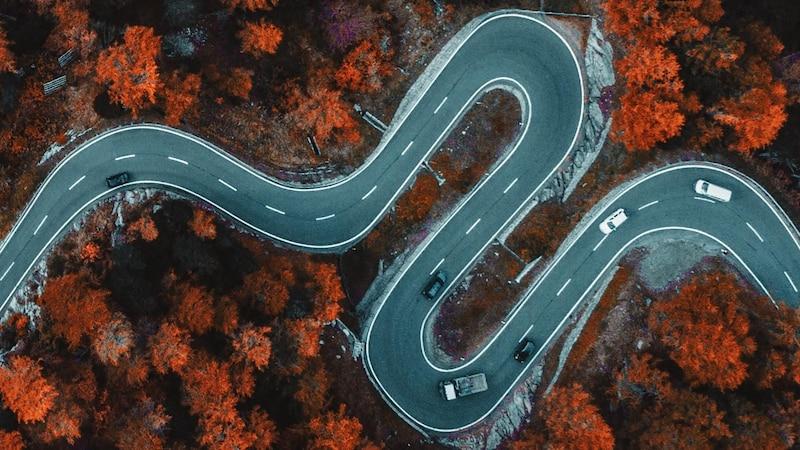 Kurvige Strecken mit schlechter Sicht können besonders oft zu Übelkeit beim Autofahren führen.