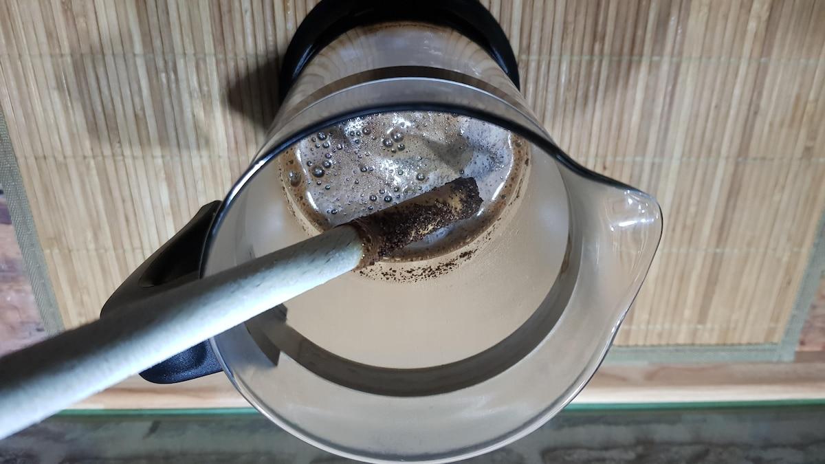 Das Kaffeepulver wird mit einem Teil des heißen Wassers verrührt.